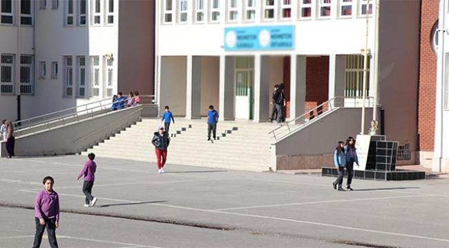 Skandal yaratan okulun müdürü açığa alındı