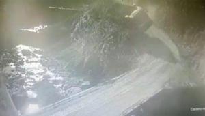 Toprak yüklü kamyon dereye yuvarlandı