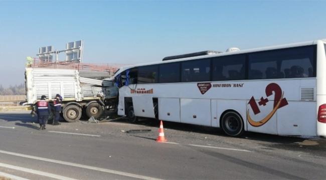 Yolcu otobüsü ile tır çarpıştı