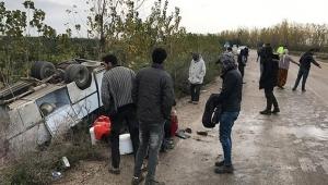 Adana'da tarım işçilerini taşıyan midibüs devrildi