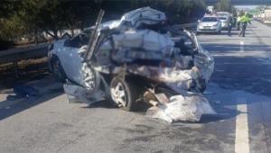 Araba paramparça oldu ölü ve yaralılar var