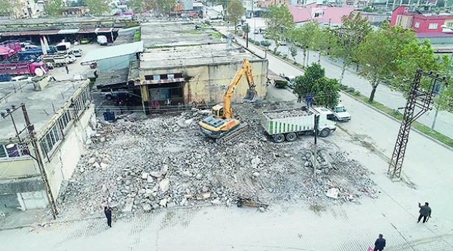 Ceyhan'da atıl binalar yıkılıyor