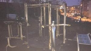 Çocuk parkındaki oyuncakları yaktılar