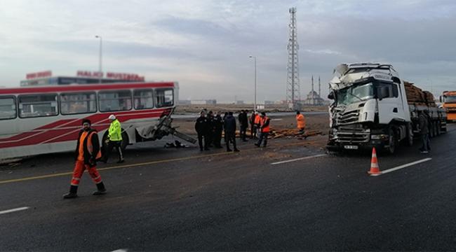 Durakta yolcu alan halk otobüsüne tır çarptı