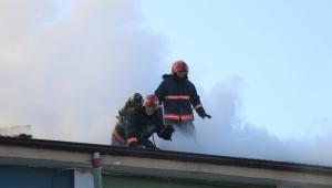 Okul çatısında korkutan yangın