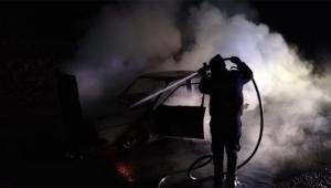 Sürücü yanan otomobilde can verdi