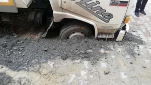 Yol çöktü, kamyon mahsur kaldı