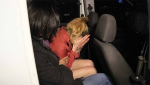 Alkollü kadın erkek arkadaşının iş yerini bastı