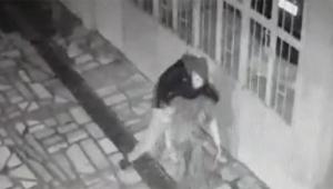 Annesini defalarca bıçaklayıp polise teslim oldu