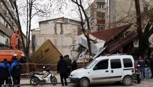 Bina çöktü, işçiler son anda kurtuldu
