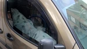 Cesedi kefenleyip arabada taşıdı