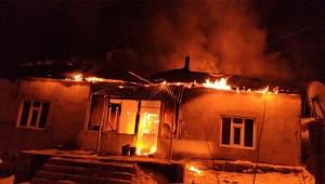 Cinnet geçirdi evini ateşe verdi