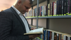 Karataş Belediyesi'nin koridorları kütüphane