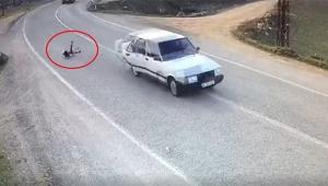 Küçük kız seyir halindeki otomobilin arka kapısından düştü