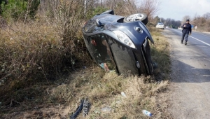 Lastiği patlayan otomobil şarampole yuvarlandı