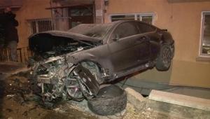 Otomobil bina boşluğunda asılı kaldı