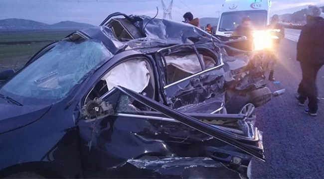 Tekeri patlayan otomobil tırla çarpıştı