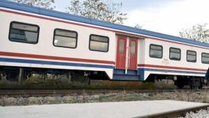 Adana'ya seyir eden tren taş yağmuruna tutuldu