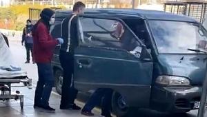 Hastaneye giderken araçta doğum yaptı