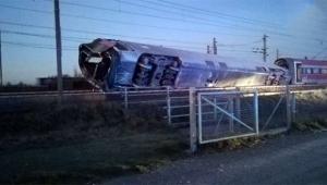 Tren raydan çıktı: 2 ölü, 30 yaralı