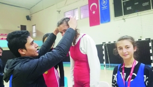 Tufanbeyli Kız Güreş Takımı il birincisi oldu