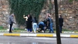 Kadınlı erkekli iki grup sokakta kavgaya tutuştu