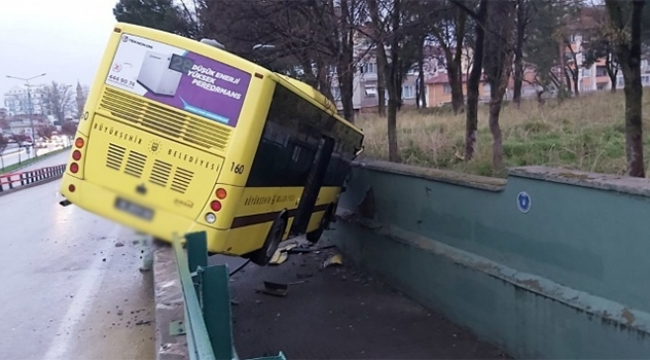 Otobüs kavşaktan aşağıya düştü