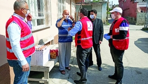 Seyhan Kızılay'dan vatandaşa erzak yardımı