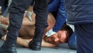 Sokak ortasında üstünü başını çıkarıp olay çıkardı