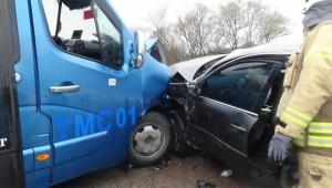 Yolcu taşıyan minibüs ile otomobil çarpıştı