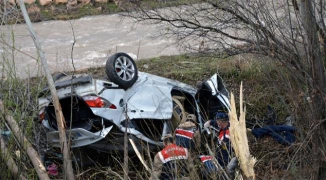 Dere kenarına uçan otomobilde 4 kişi hayatını kaybetti