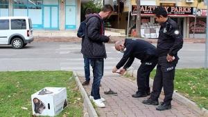 Polisi gördü, ayakkabısını bırakıp kaçtı