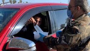 Sürücülerin sağlığı için polis noktalarında maske dağıtılıyor