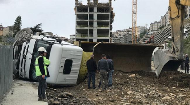Freni patlayan hafriyat kamyonu devrildi
