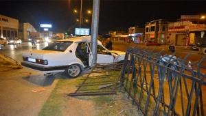 Kontrolden çıkan otomobil direğe çarptı