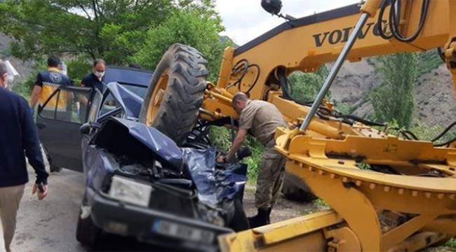 İş makinesiyle otomobil çarpıştı