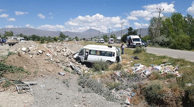 Minibüs şarampole uçtu: 14 yaralı