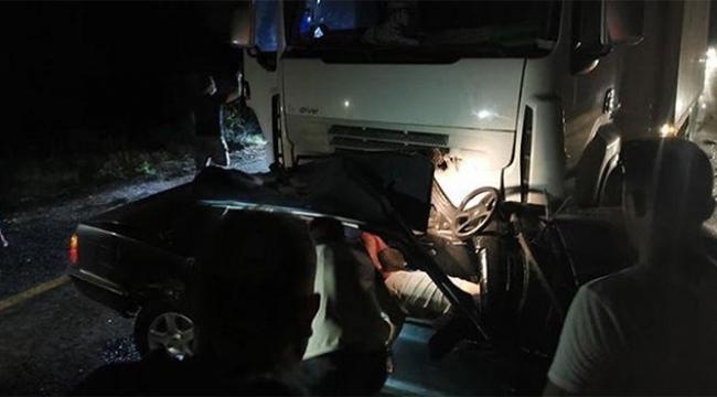 Feci trafik kazası, otomobili TIR biçti