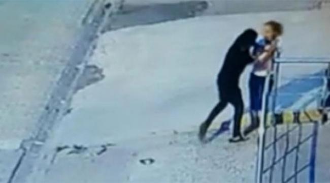 Kadının elindeki telefonu zorla alıp kaçtı