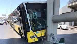 Otobüs metrobüs köprüsüne çarptı