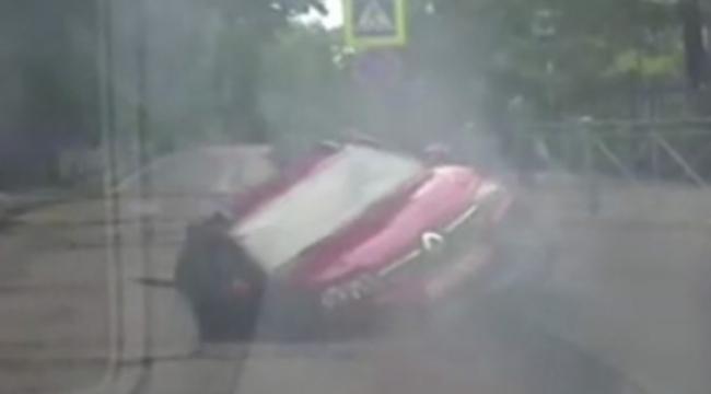 Otomobil çukura düştü