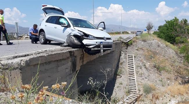 Otomobil köprüde asılı kaldı