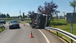Beton yüklü kamyon yan yattı