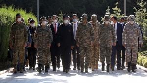 Milli Savunma Bakanı şehitlik ziyaret etti