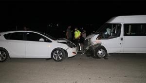 Otomobil ve minibüs çarpıştı