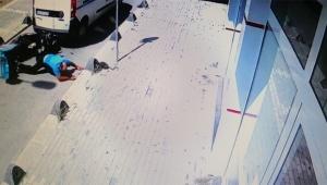 Ters yönde giden araç motorlu kuryeye çarptı