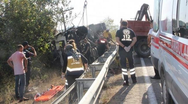 Freni boşalan kamyon devrildi