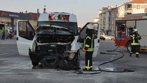 Kaza yapan servis minibüsü alevlere teslim oldu