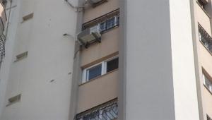 Pencereyi silmek isteyen kadın canından oldu