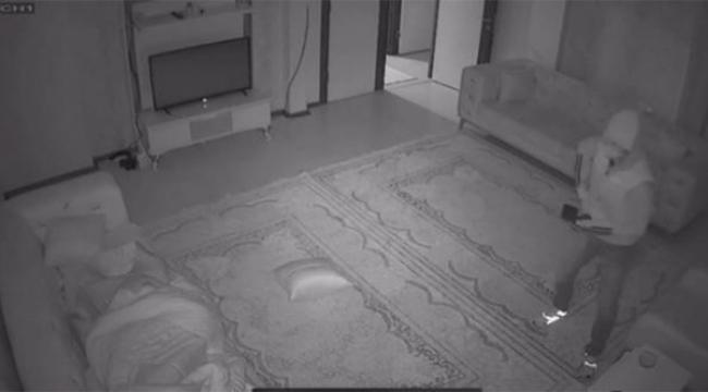Ev sahibinin önünde hırsızlığa devam etti